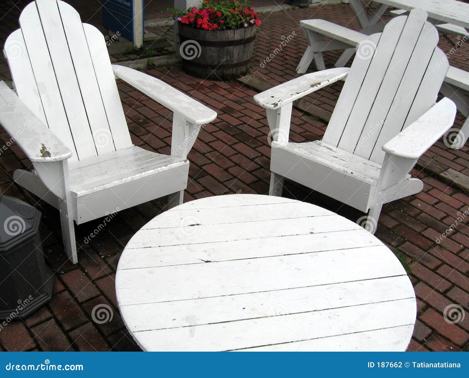 Vector y dos sillas