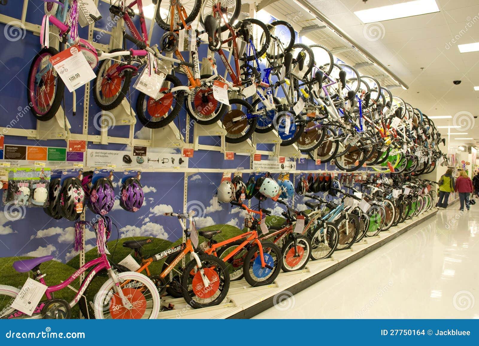 Veel fietsen en helmen voor verkoop in opslag