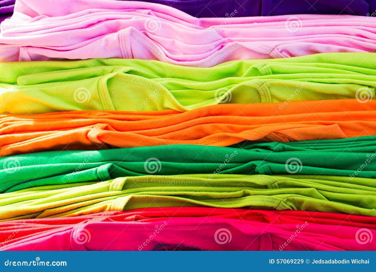 Veel heldere kleurrijke kleding