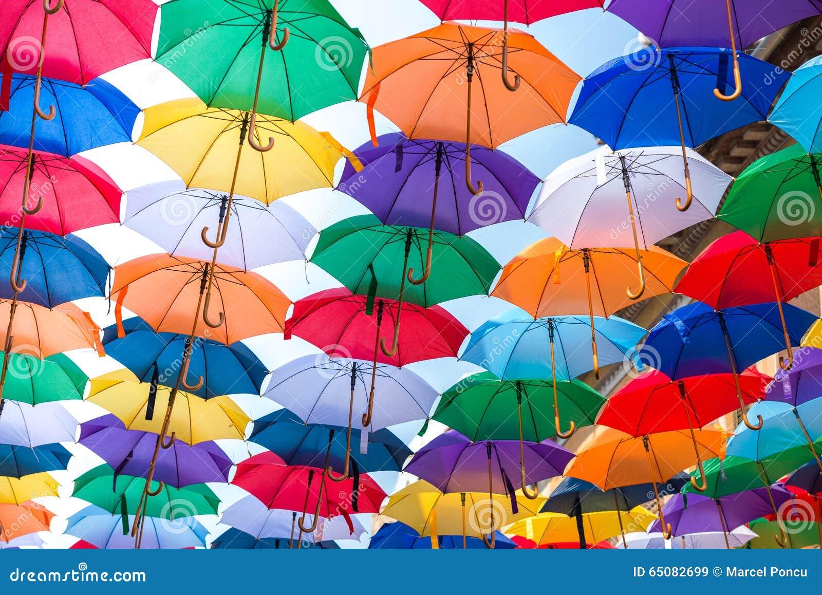 Kleur Veel Kleur : Veel paraplus die de hemel kleuren stock afbeelding afbeelding
