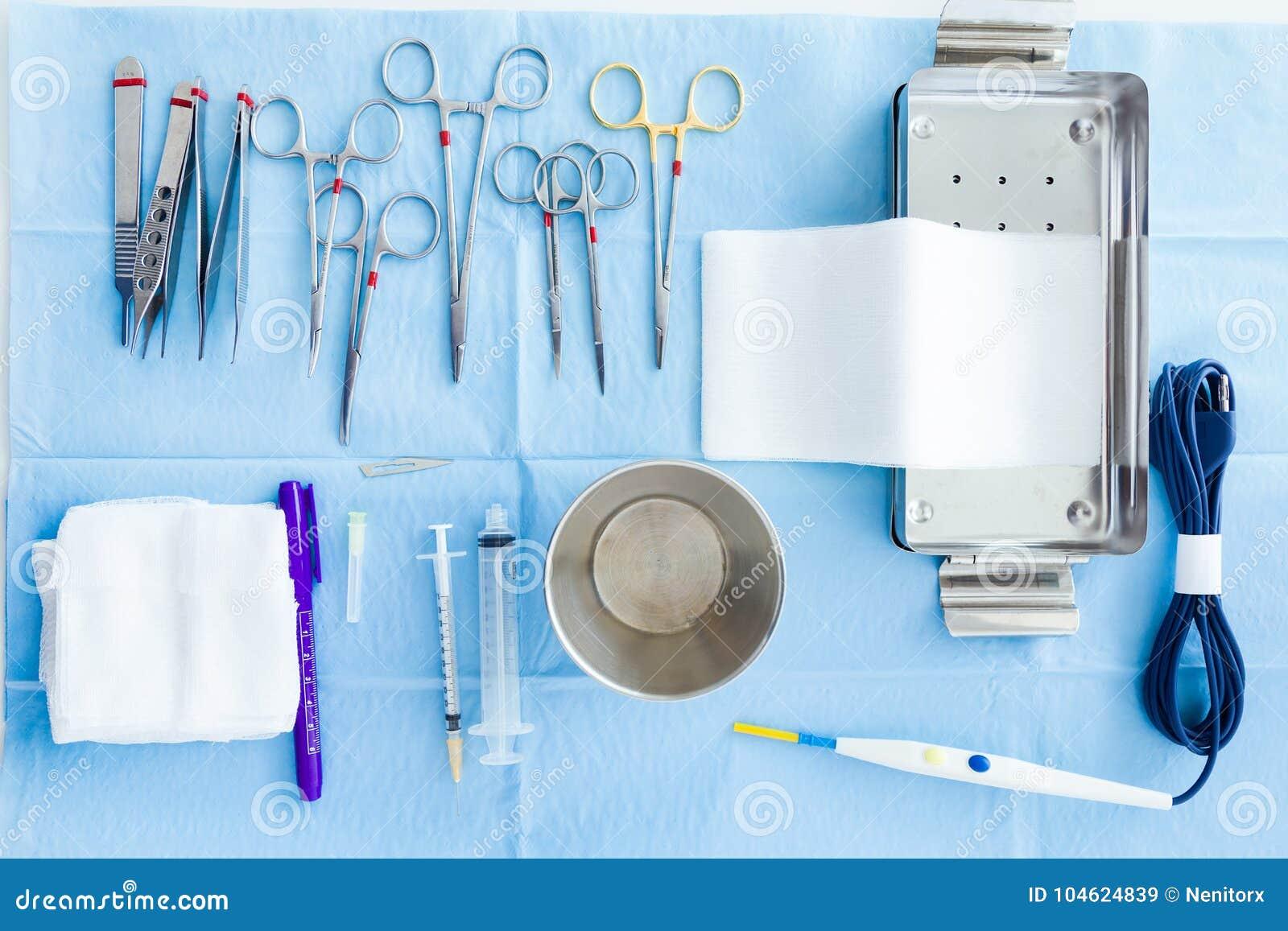 Veel soort medische apparatuur slaagt voor chirurg erin om verrichtingen in werkende ruimte te beginnen