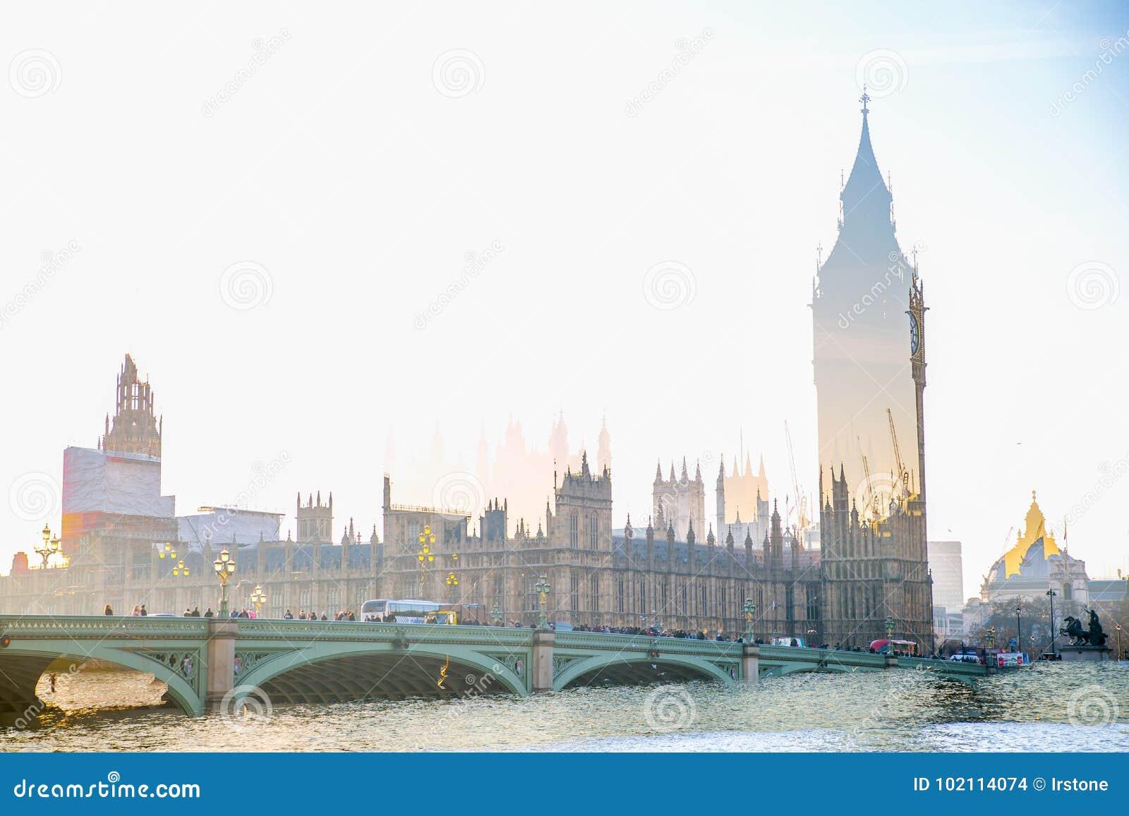 Veelvoudig blootstellingsbeeld van mooie ochtend op de brug van Westminster met onduidelijk beeld van lopende mensen De mening om