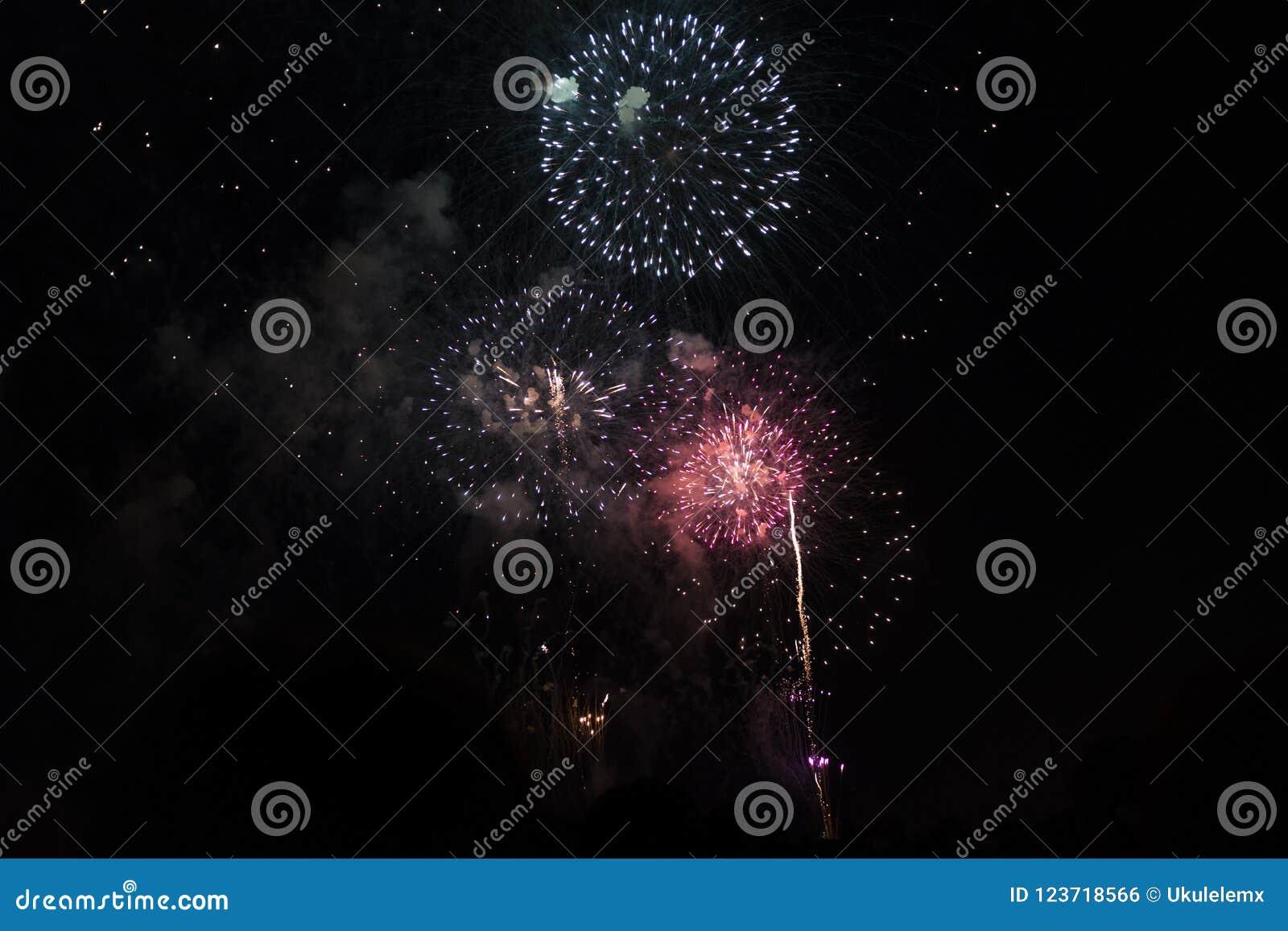 Veelvoudig Vuurwerk in nachthemel in een samenstelling in rood en witte schaduwen
