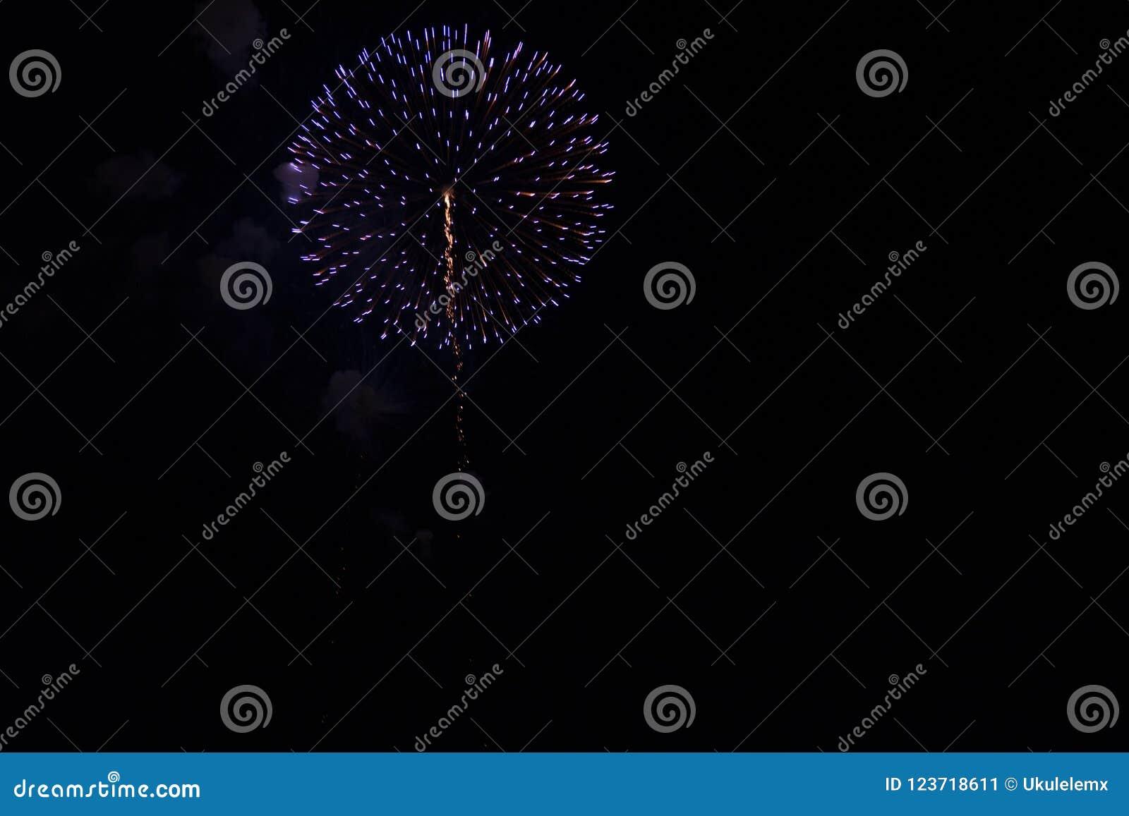 Veelvoudig Vuurwerk in nachthemel in een samenstelling in schaduwenblauw