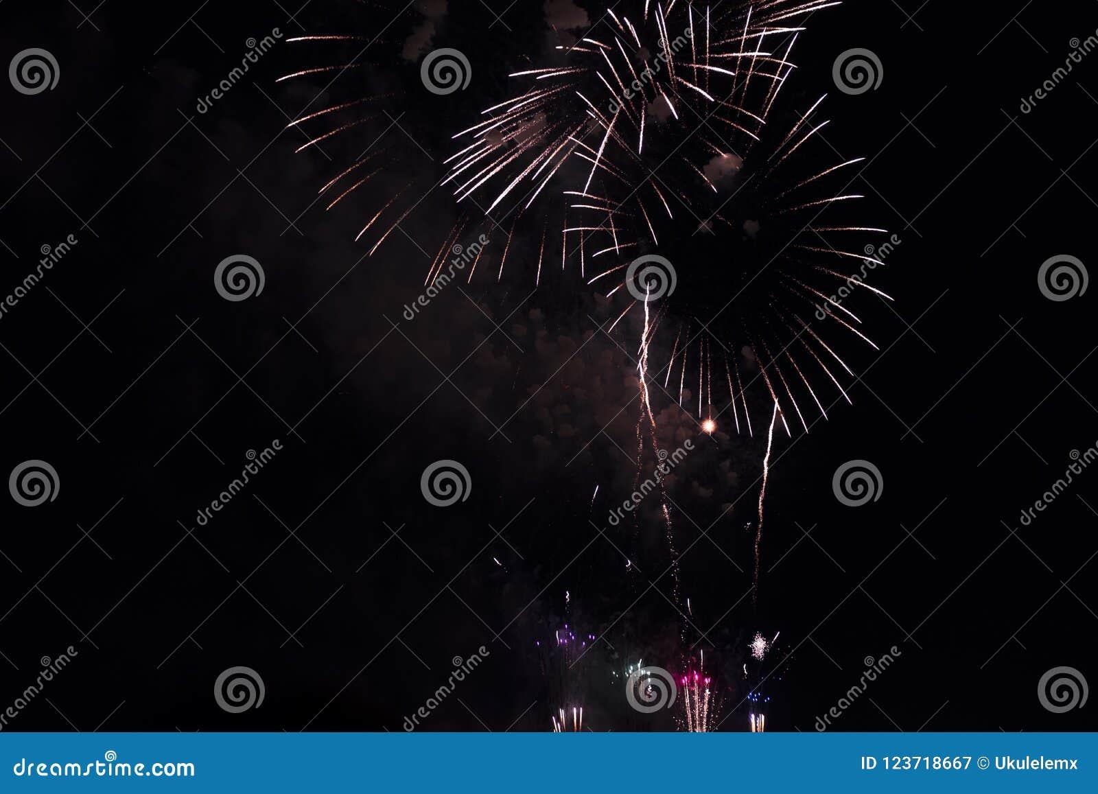 Veelvoudig Vuurwerk in nachthemel in een samenstelling in schaduwenwit