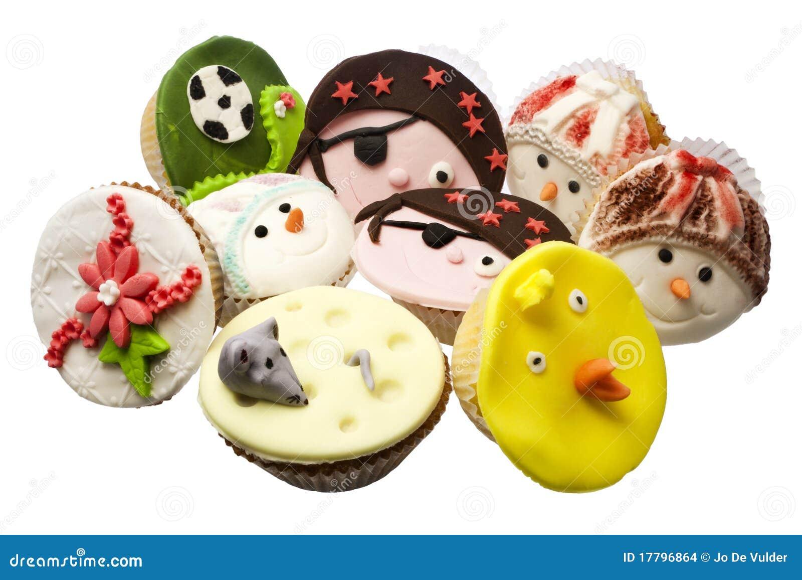 Veelvoudige cupcakes die over wit wordt geïsoleerde