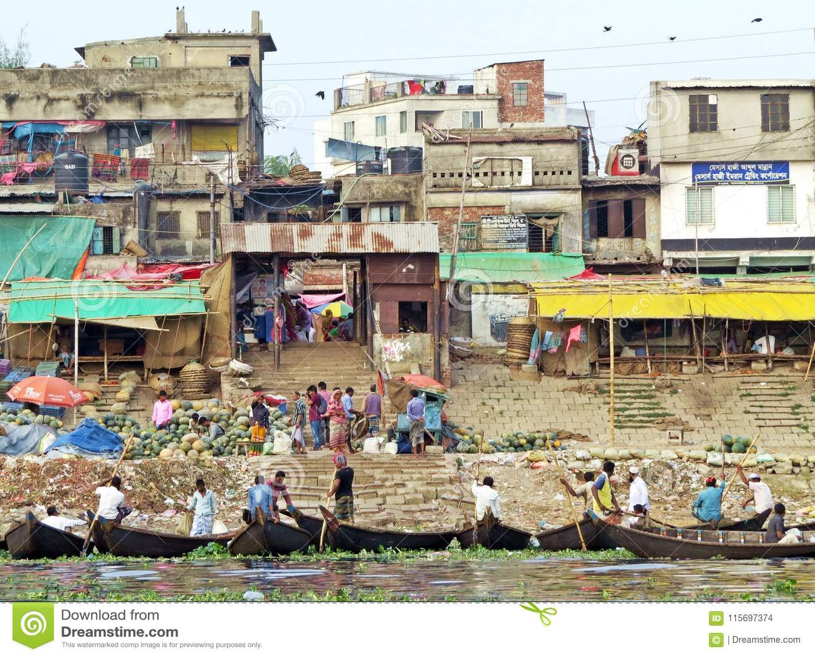 Veerboten bij haven van Dhaka, Buriganga-Rivier, Dhaka, Bangladesh