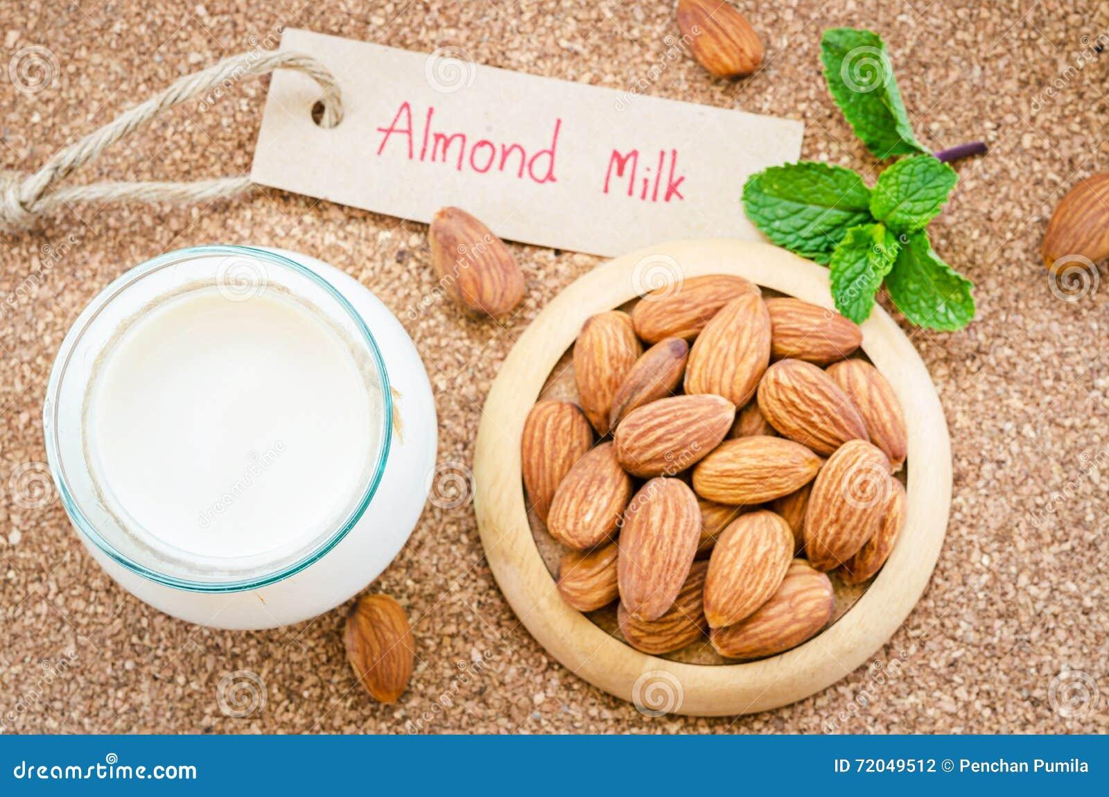 Vegan гайки молока миндалины питье органического здорового вегетарианское