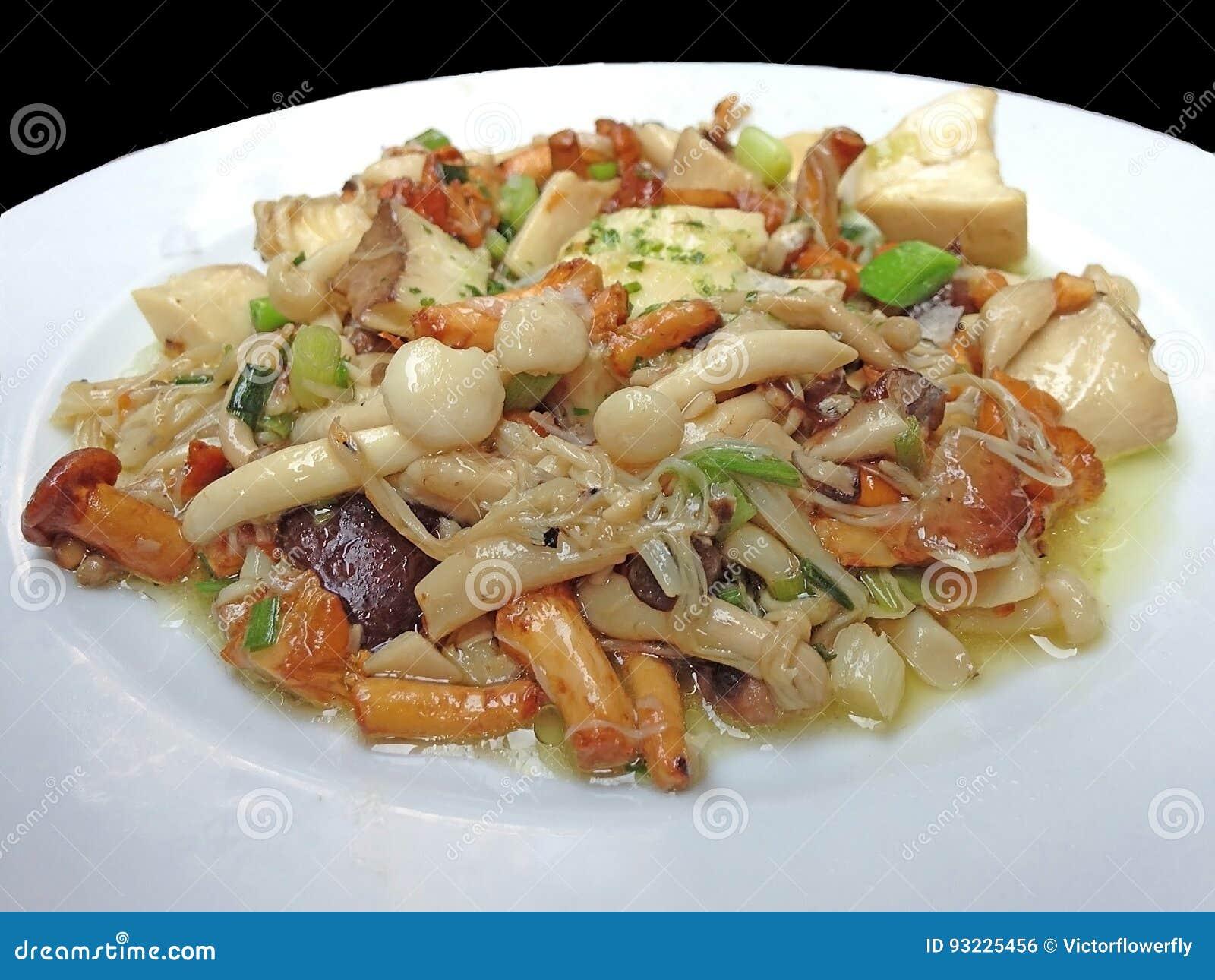 Vegan и вегетарианское здоровое меню: Разнообразия зажаренные Stir грибов и тофу