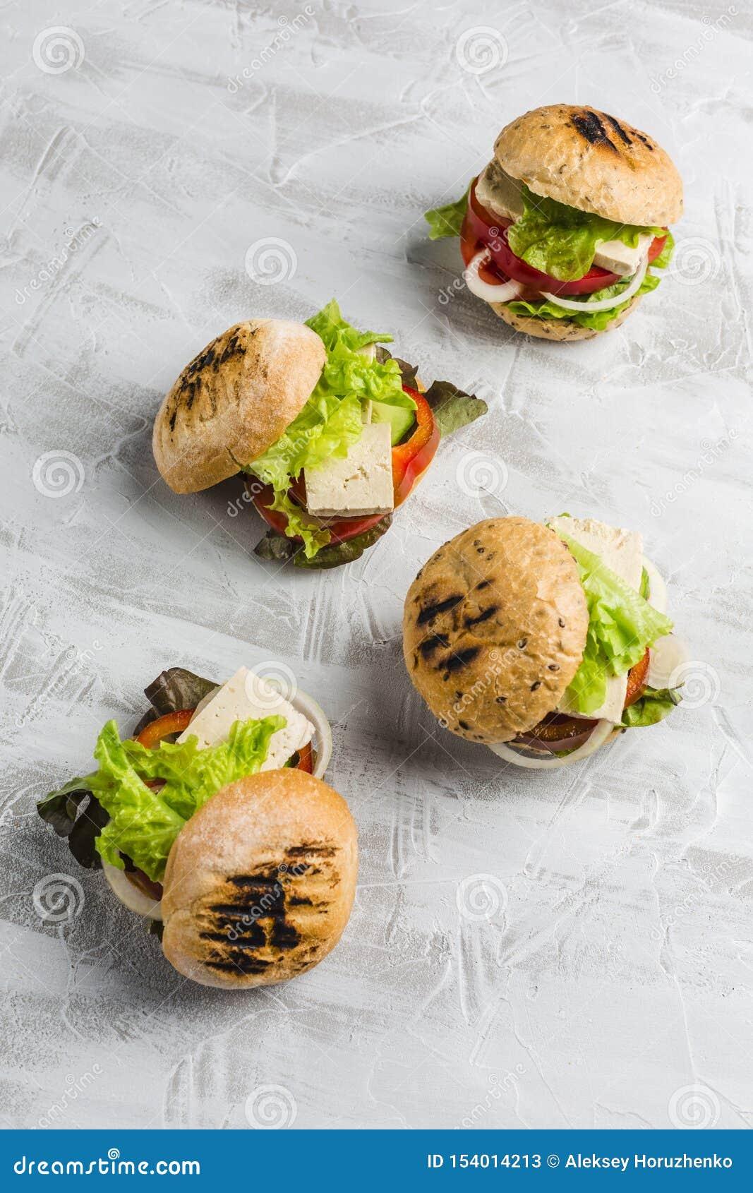 Veganisthamburger met tofu kaas en paddestoelen