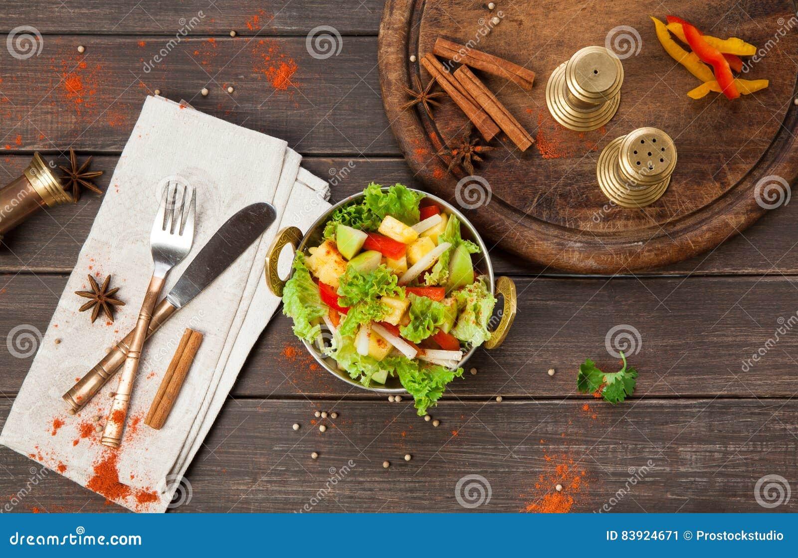 Vegano Y Plato Indio Vegetariano Del Restaurante, Ensalada De Las ...