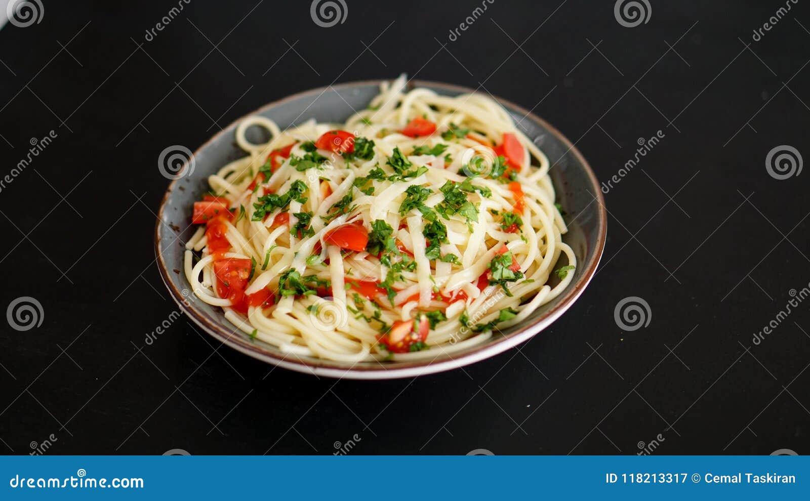 Vegetable макаронные изделия на черной предпосылке