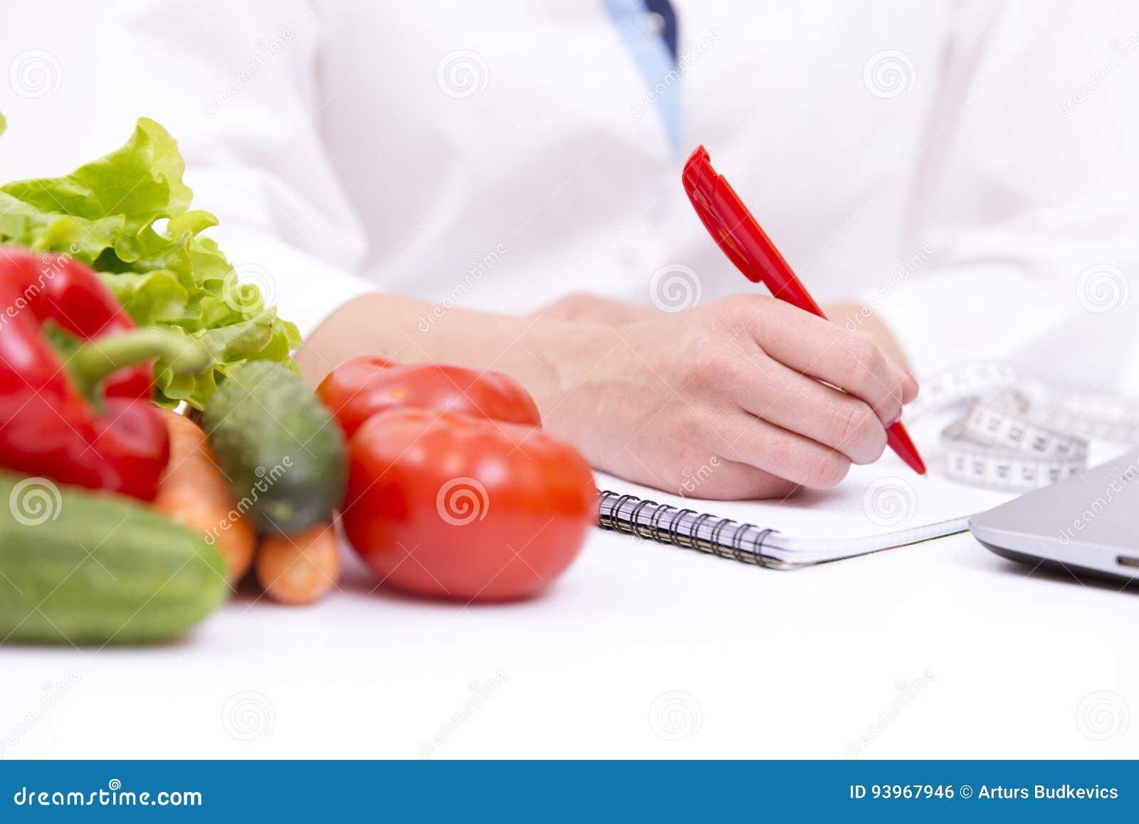 Vegetable питание диеты или концепция medicaments Доктора вручают план диеты сочинительства, зрелый vegetable состав, компьтер-кн