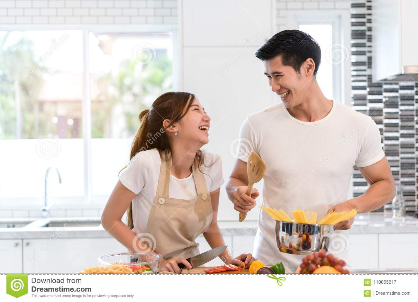 Vegetais asiáticos novos da fatia do corte da mulher que fazem a salada o alimento saudável