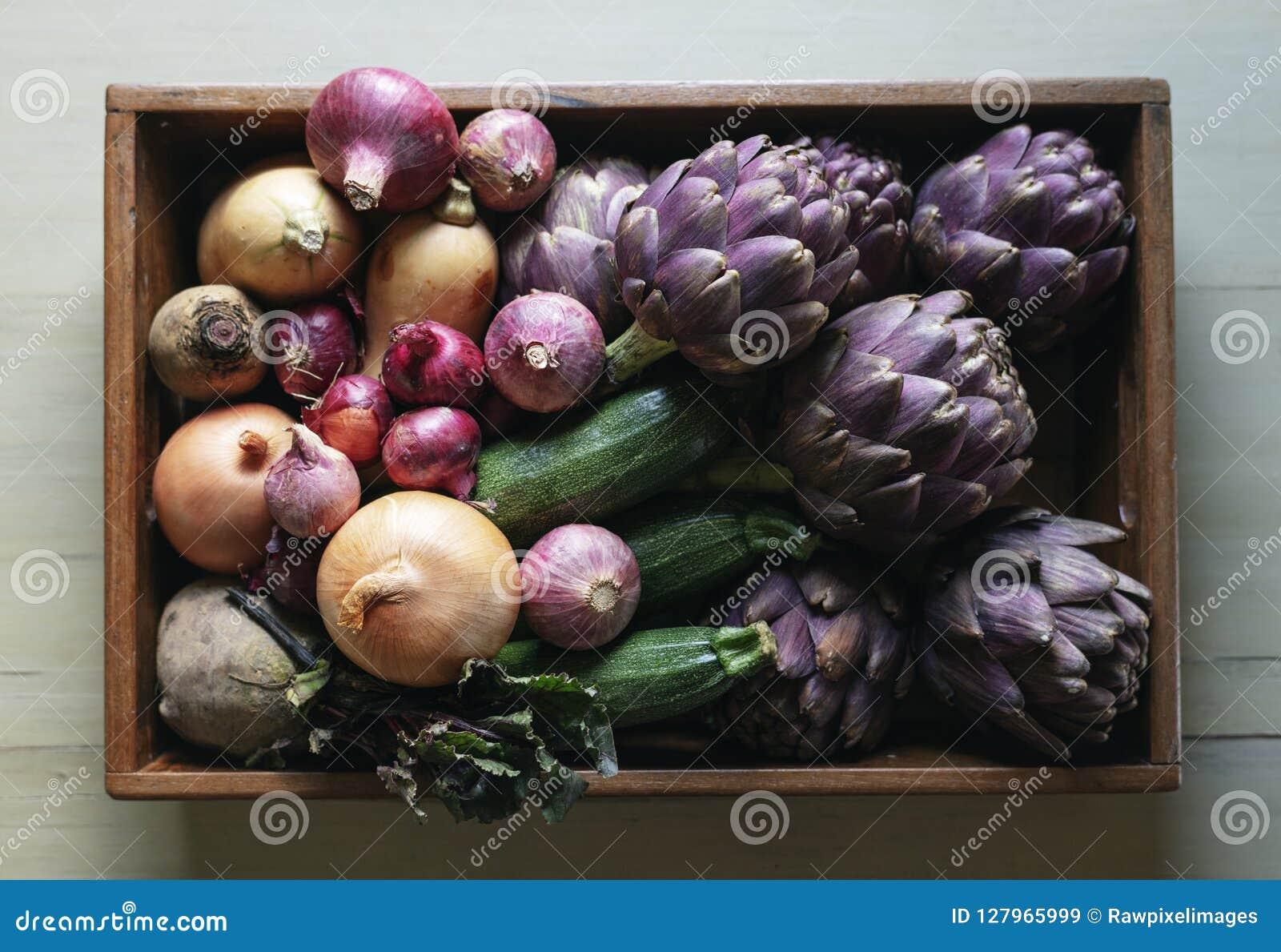 Vegetais coloridos em uma bandeja de madeira