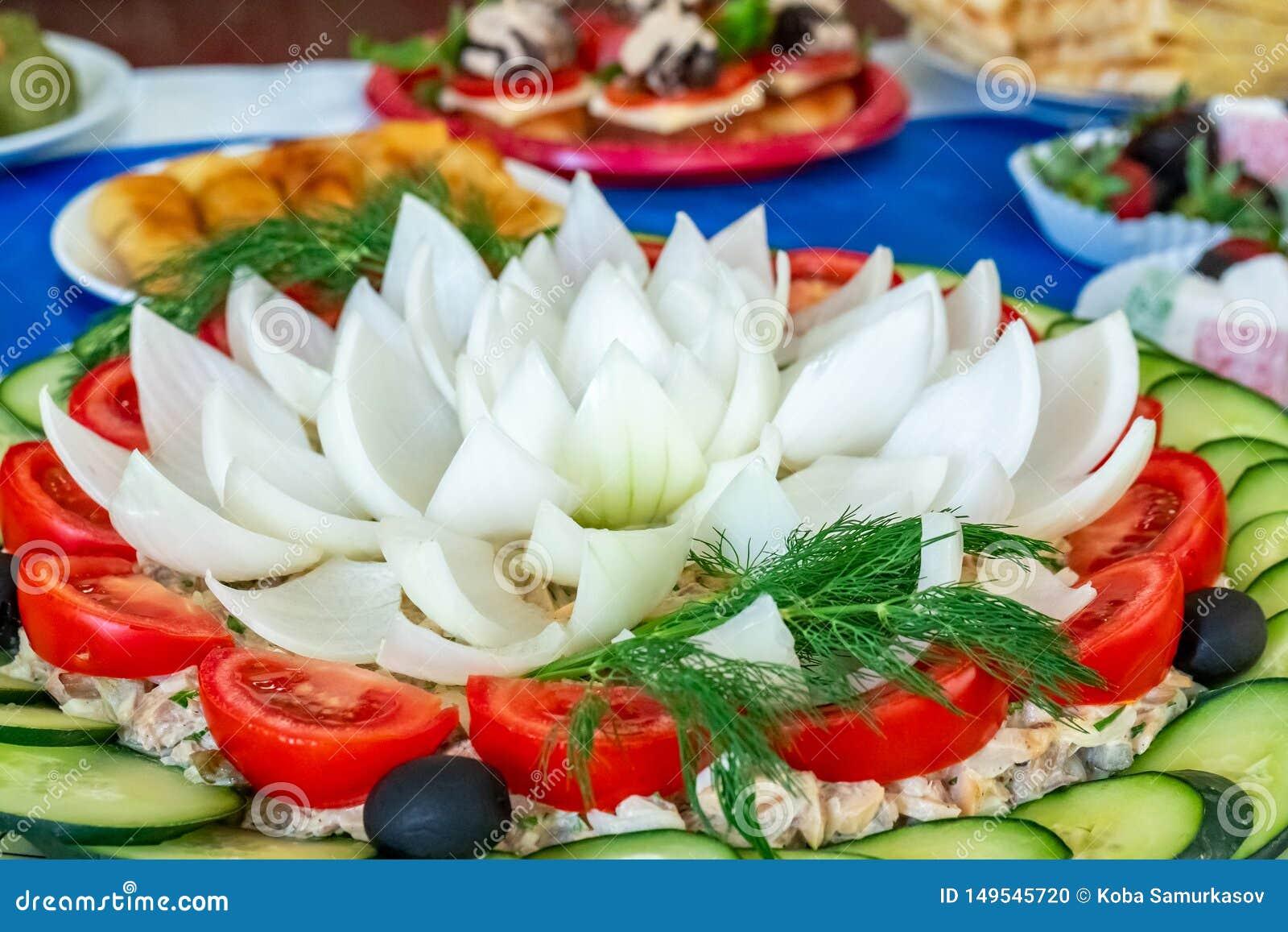 Vegetais cortados para uma salada Fim acima Pimenta de Bell, cebola, verdes frondosos, azeitonas, tomate e pepinos cutted nas par