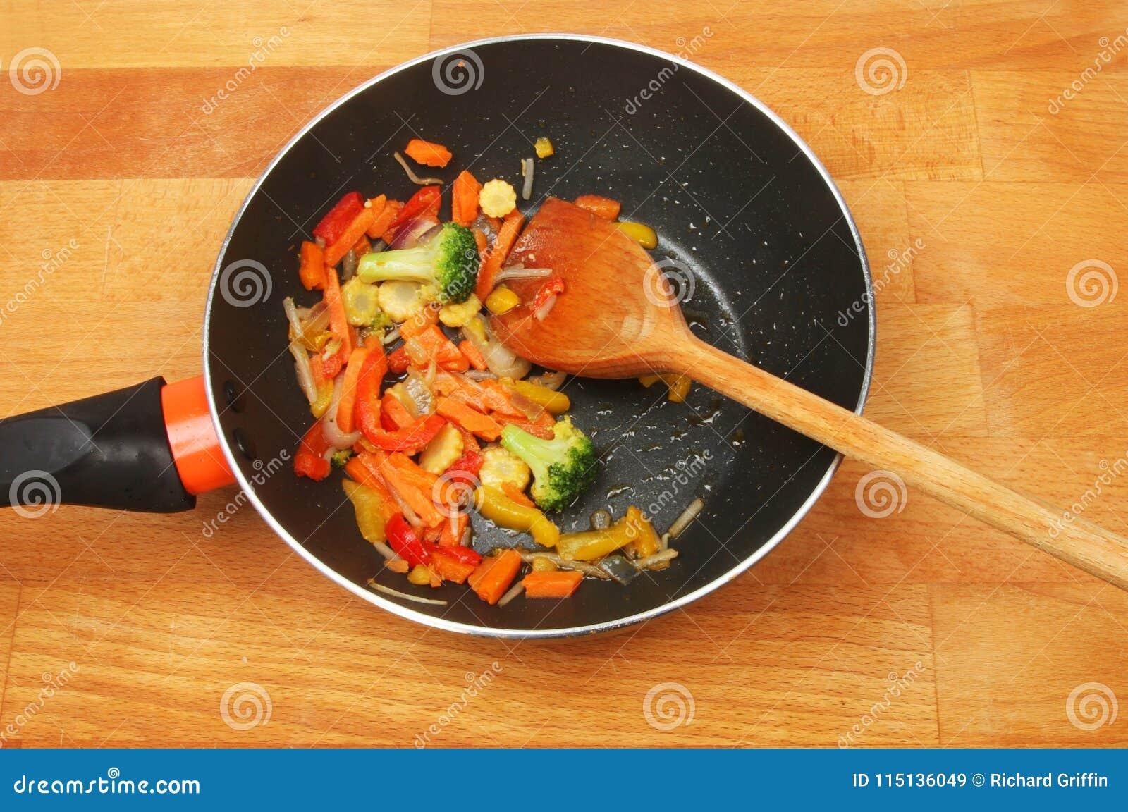 Vegetais da fritada da agitação