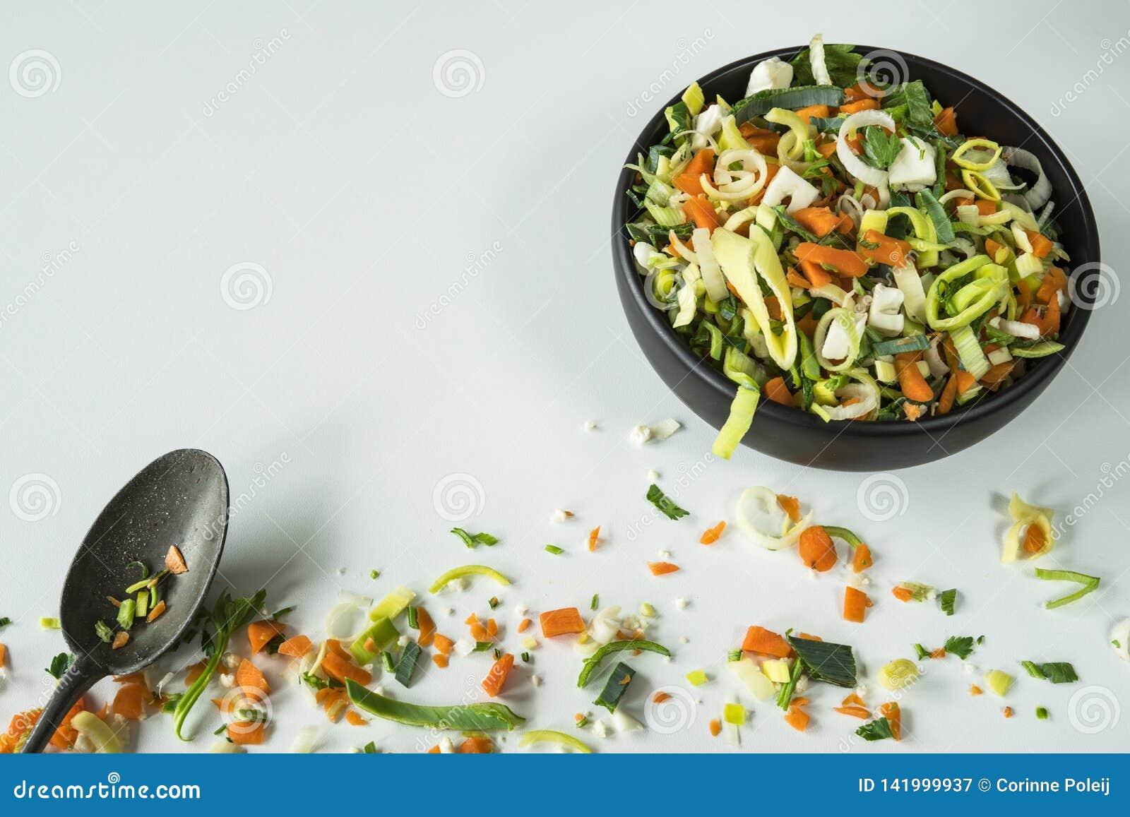 Vegetais da sopa ou do frigideira chinesa, ingredientes, na tabela branca