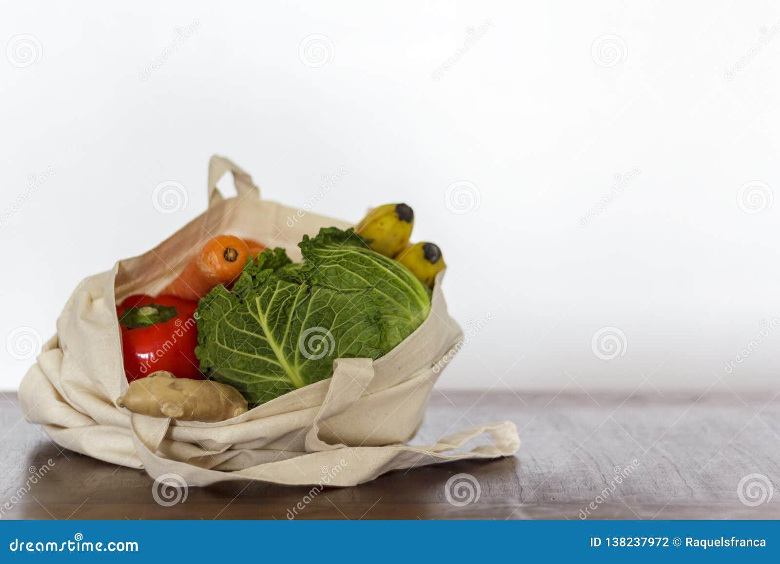 Vegetais e fruto orgânicos frescos no saco do algodão Desperdício zero, conceito livre plástico