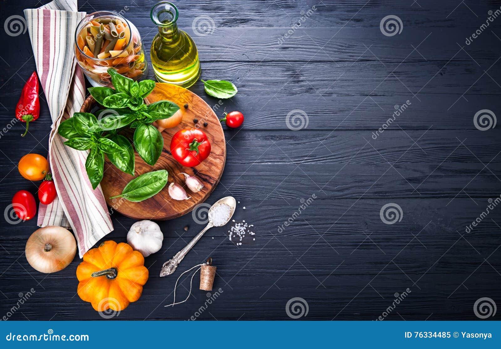 Vegetais e ingrediente das especiarias para cozinhar o alimento italiano