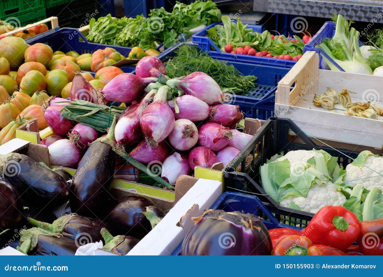 Vegetais em um mercado do mantimento da rua na primavera em Itália
