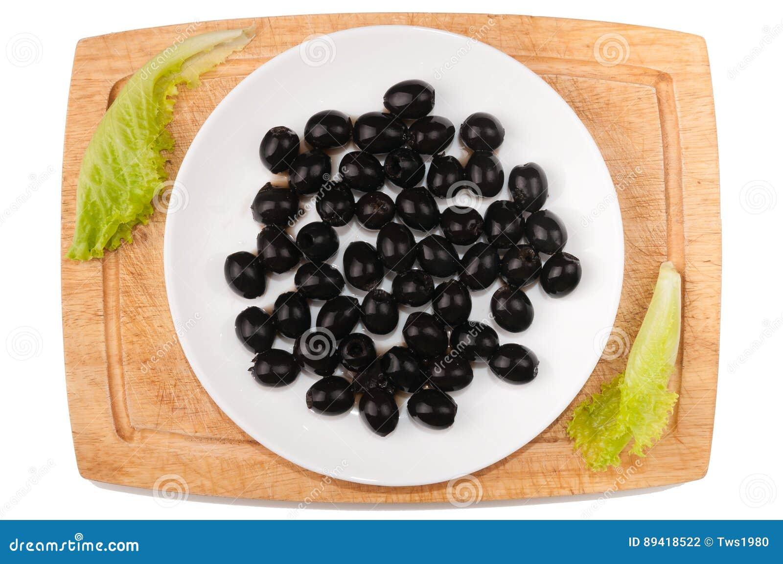 Vegetais no fundo branco Azeitonas, verdes, placa de corte, placa em um fundo branco