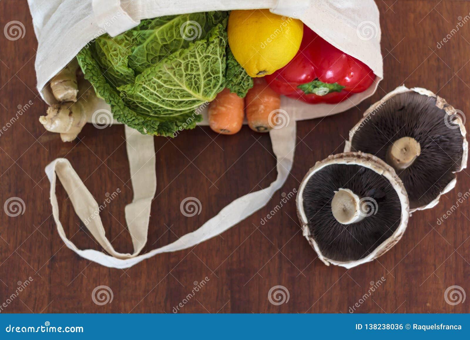 Vegetais orgânicos frescos no saco de compras reusável Desperdício zero, conceito livre plástico