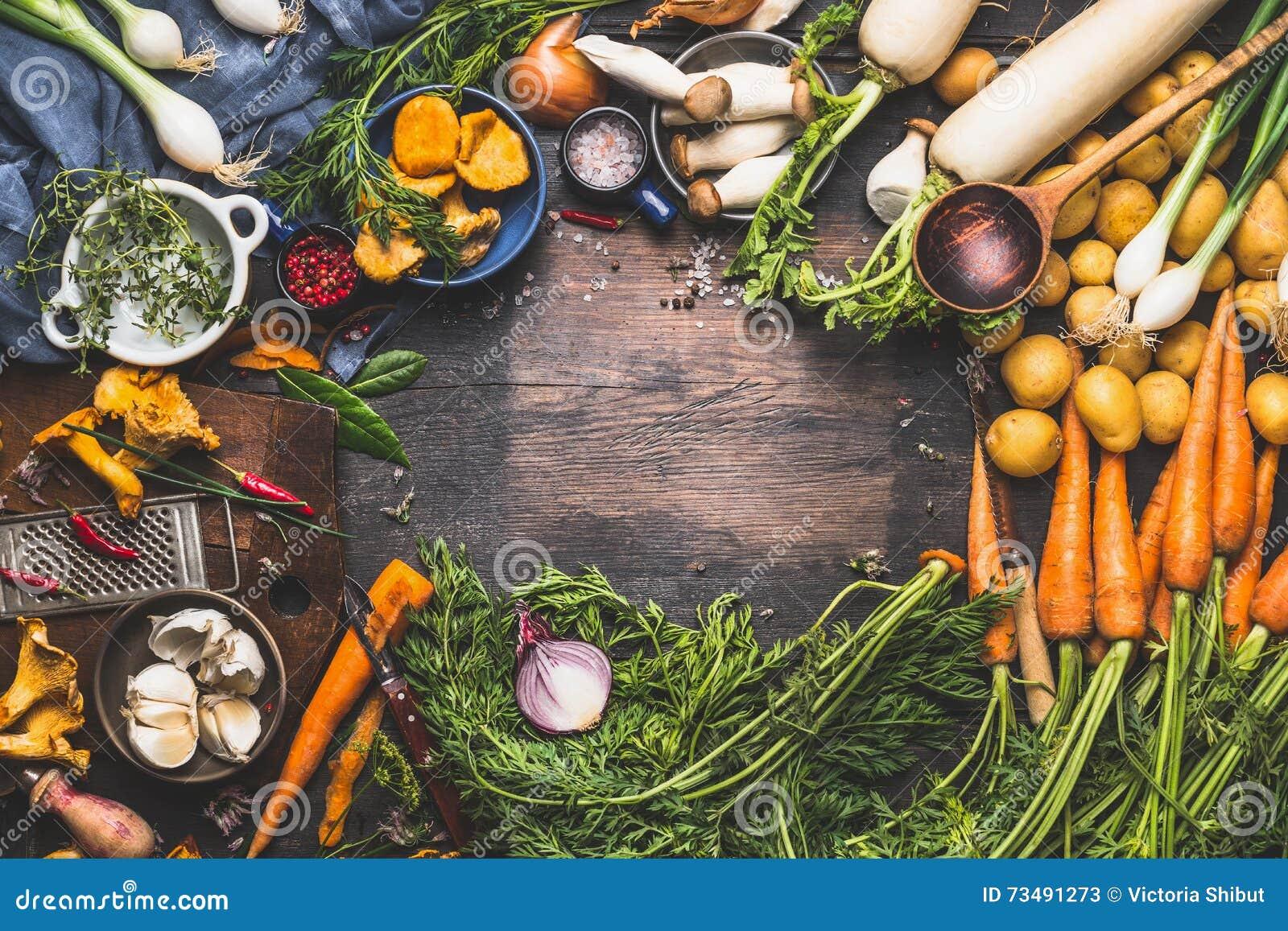 Vegetais que cozinham ingredientes para pratos de vegetariano saborosos Cenoura, batata, cebola, cogumelos, alho, tomilho, salsa