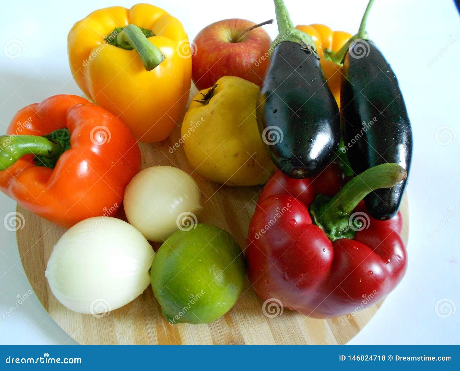 Vegetais saudáveis: pimentas alaranjadas e vermelhas, beringelas