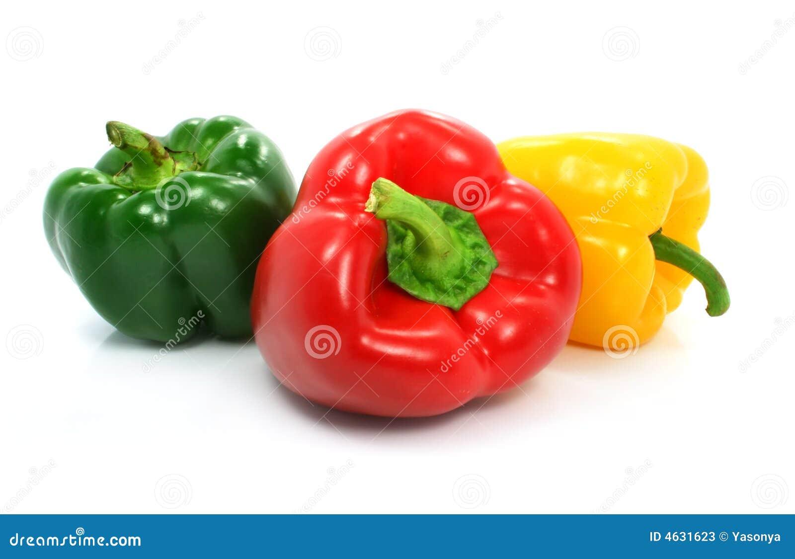 Vegetais verdes e amarelos vermelhos da pimenta isolados