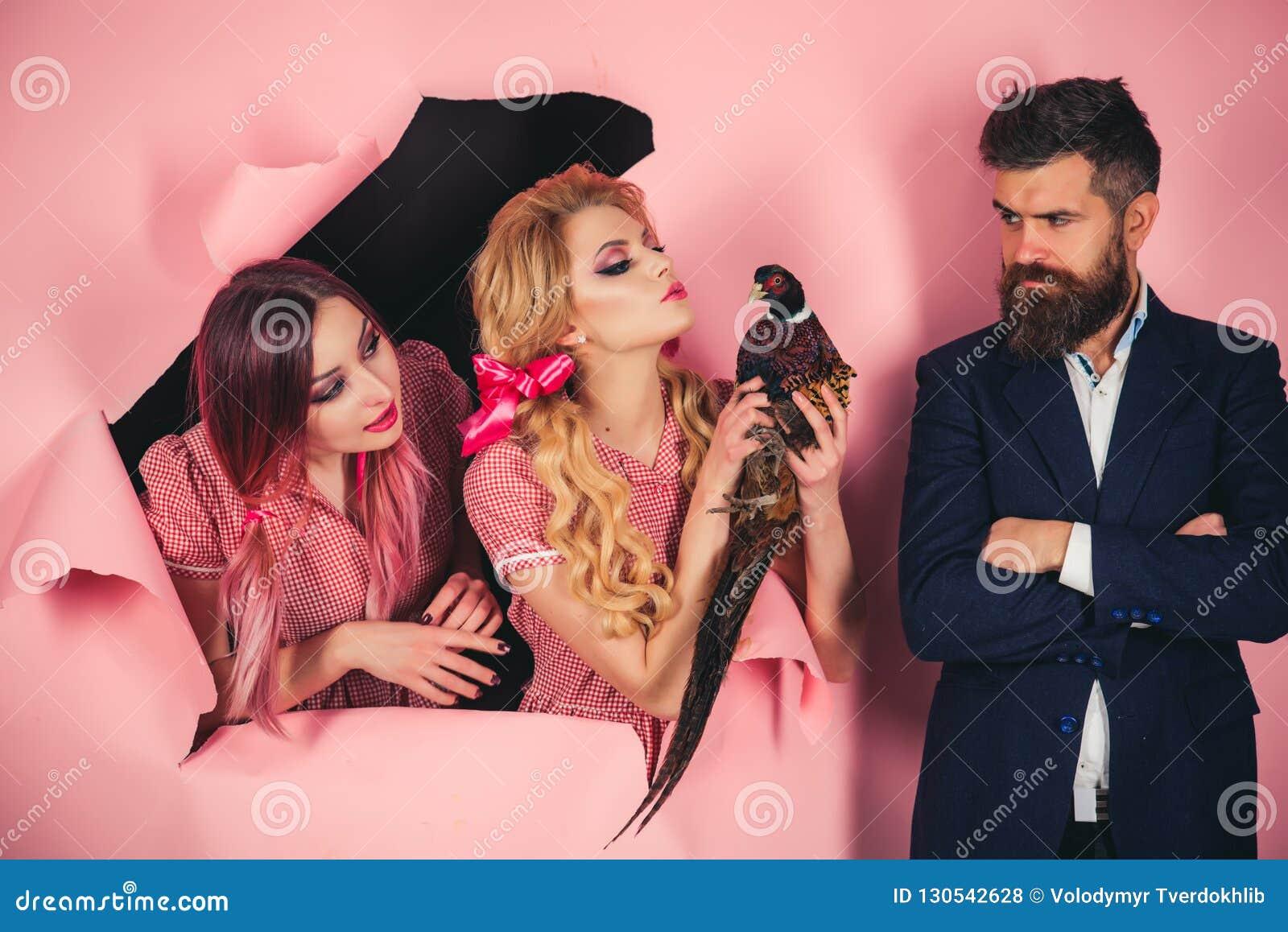 Vegetariër Gek paar op roze Halloween Creatief idee Vogelgriep Grappige reclame uitstekende mensen met gevogelte