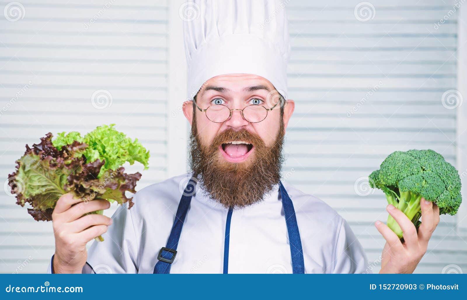 Vegetari?r Rijpe chef-kok met baard Het op dieet zijn en natuurvoeding, vitamine Gebaarde mensenkok in culinaire keuken, De mens