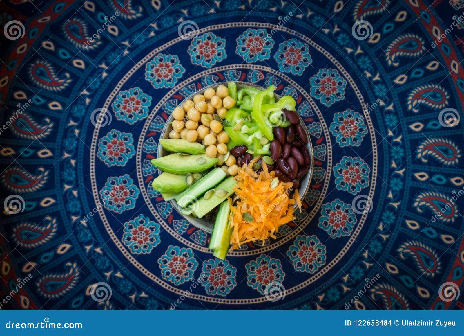 Vegetarianbuddha bunke Rå grönsaker och bönor i en en bunke