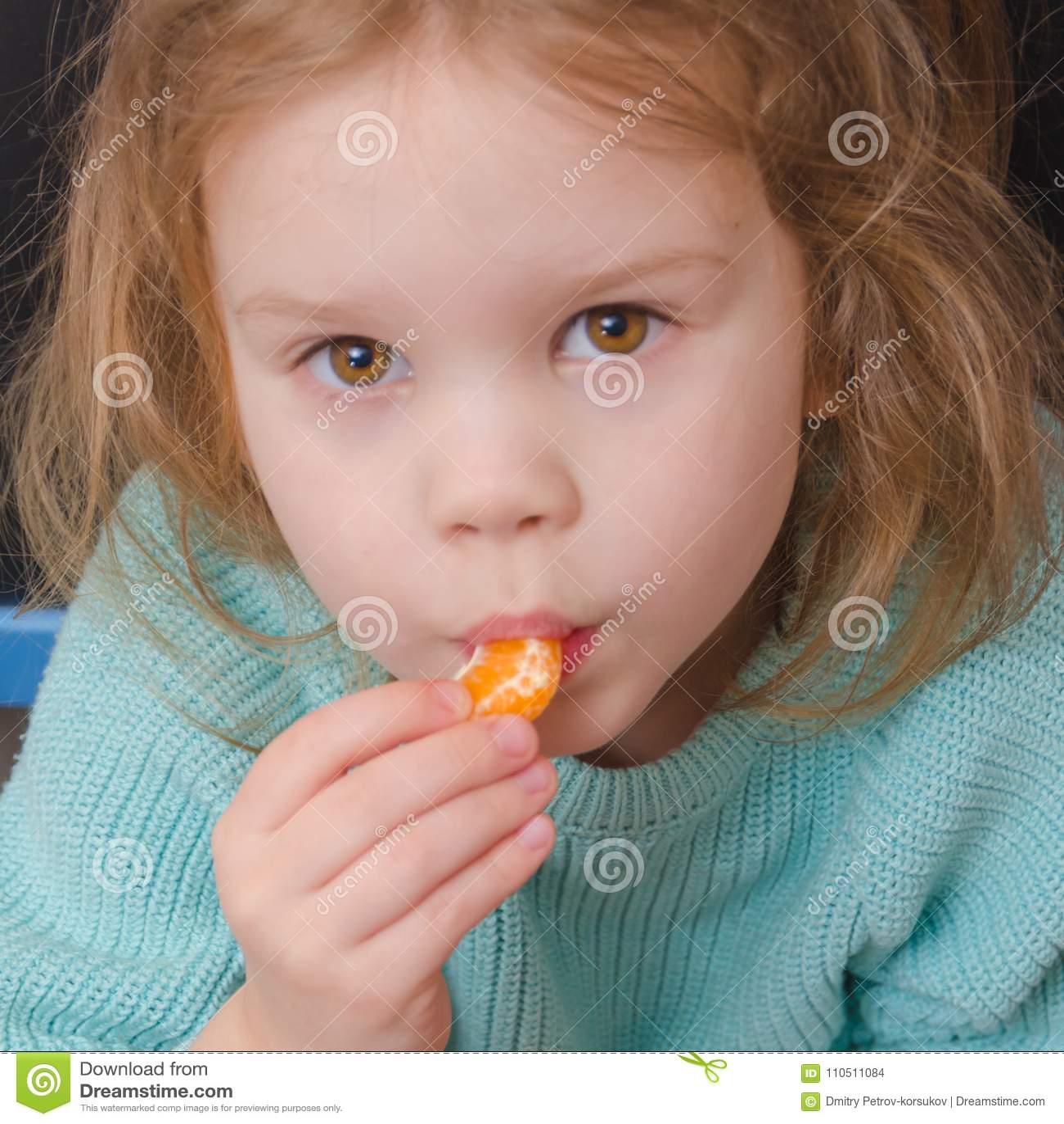 Vegetariano della neonata con la fetta del mandarino