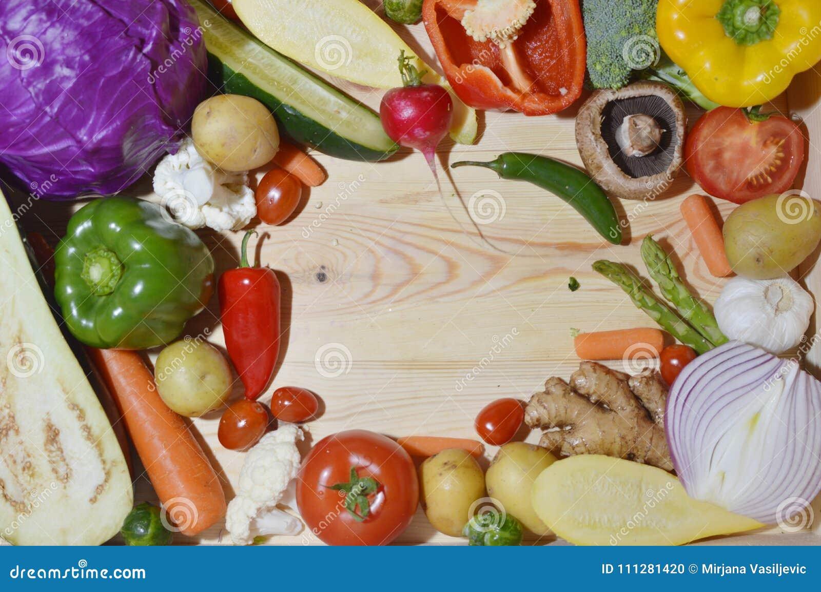 Vegetarianos na placa de madeira