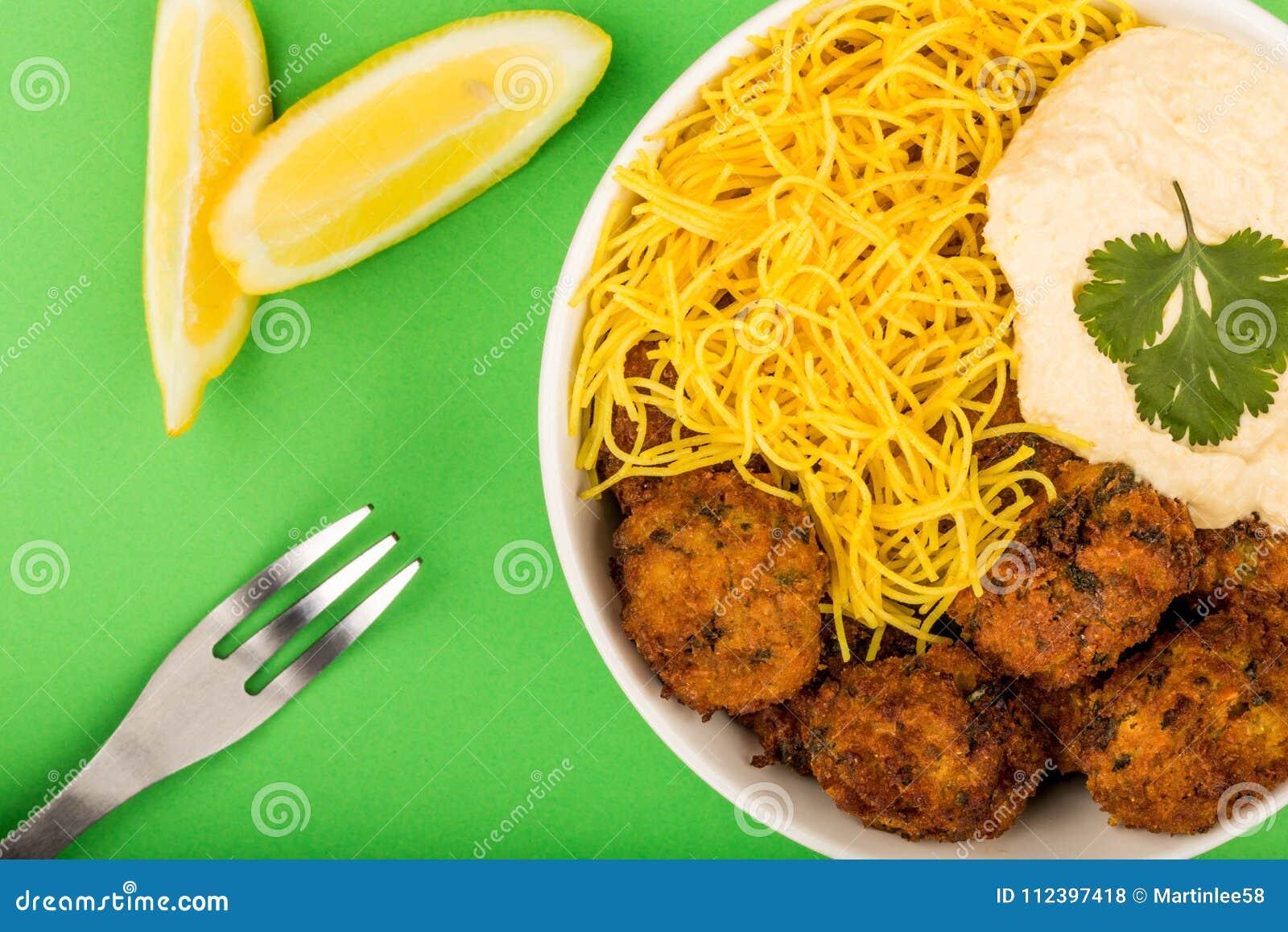 vegetarische falafels mit nudeln und hummous stockfoto bild von mittagessen zitrone 112397418. Black Bedroom Furniture Sets. Home Design Ideas