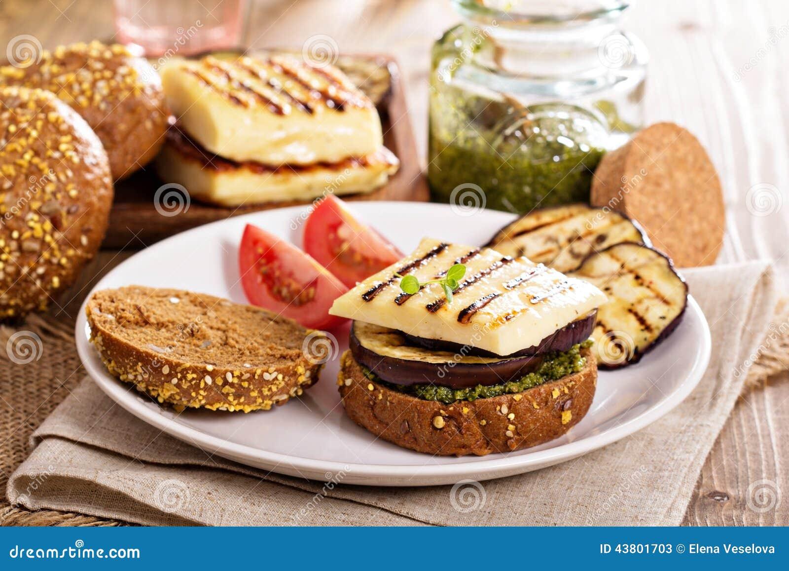 Vegetarische hamburger met kaas, aubergine en pesto