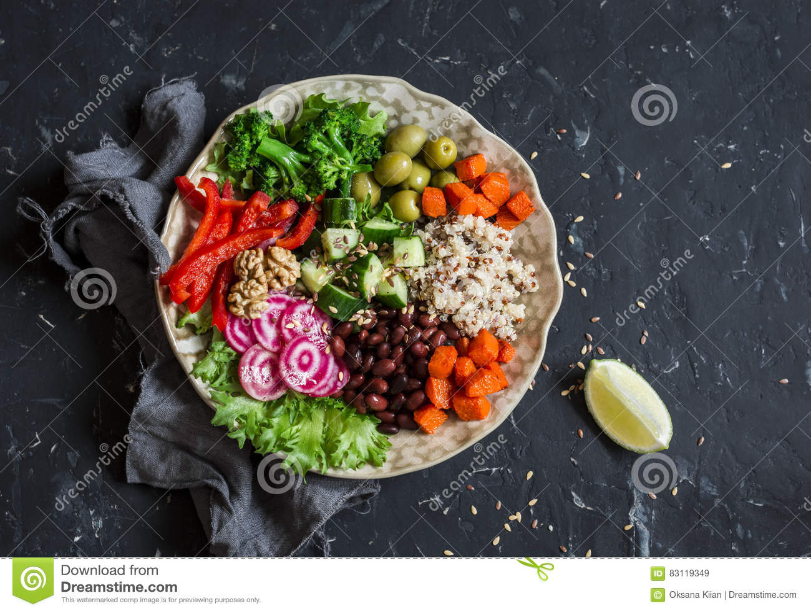 Vegetarische Lebensmittelschüssel Quinoa, Bohnen, Süßkartoffeln, Brokkoli, Pfeffer, Oliven, Gurke, Nüsse - gesundes Mittagessen A