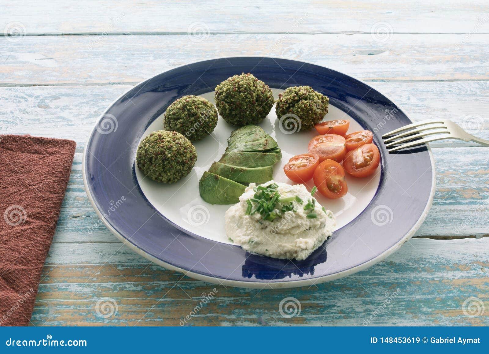Vegetarische vleesballetjes van erwten, spinazie, basilicum, quinoa, haver en ei op een uitstekend blauw hout gecombineerd met to