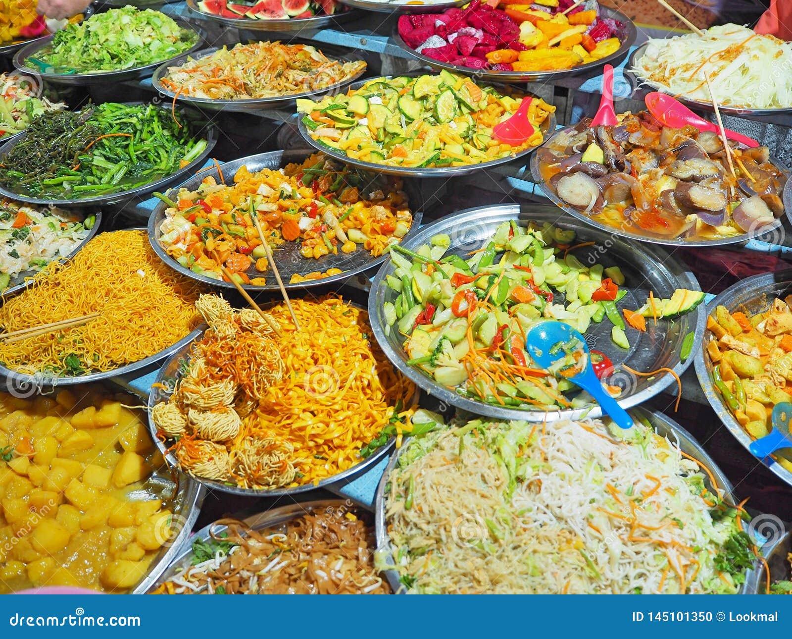 Vegetarisk buffégatamat på den huvudsakliga marknaden i Luang Prabang, Laos