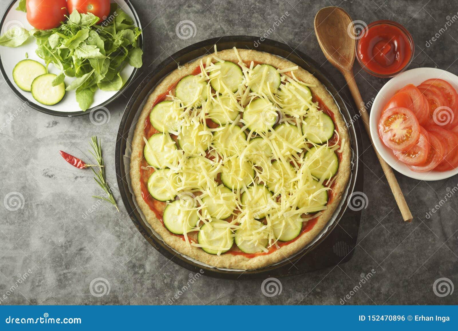 Vegetarisk Pizza Laga mat process av hemlagad pizza för grönsak med nya ingredienser som isoleras på mörk bakgrund kopiera avst?n