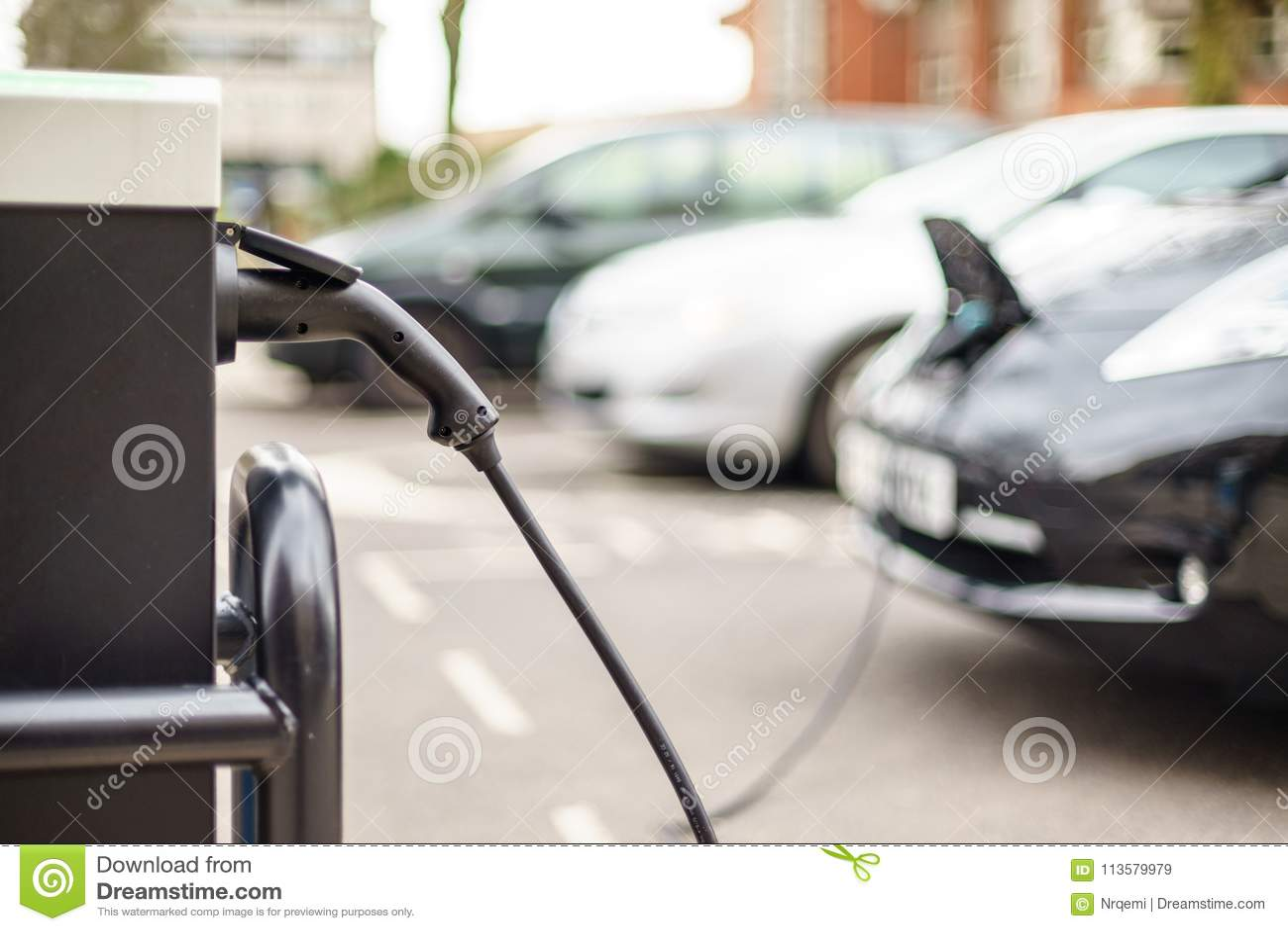 Vehículo eléctrico que carga en la calle, en Reino Unido