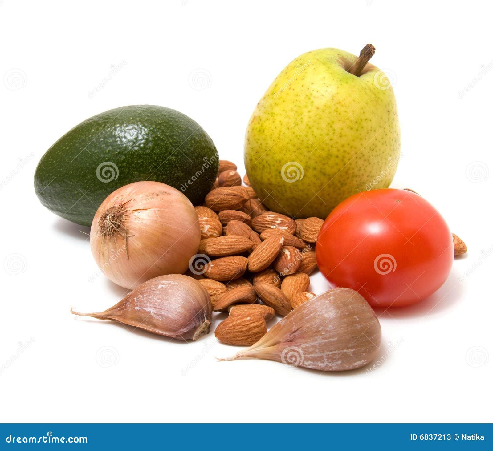 Vehículo, tuercas y fruta aislados en blanco