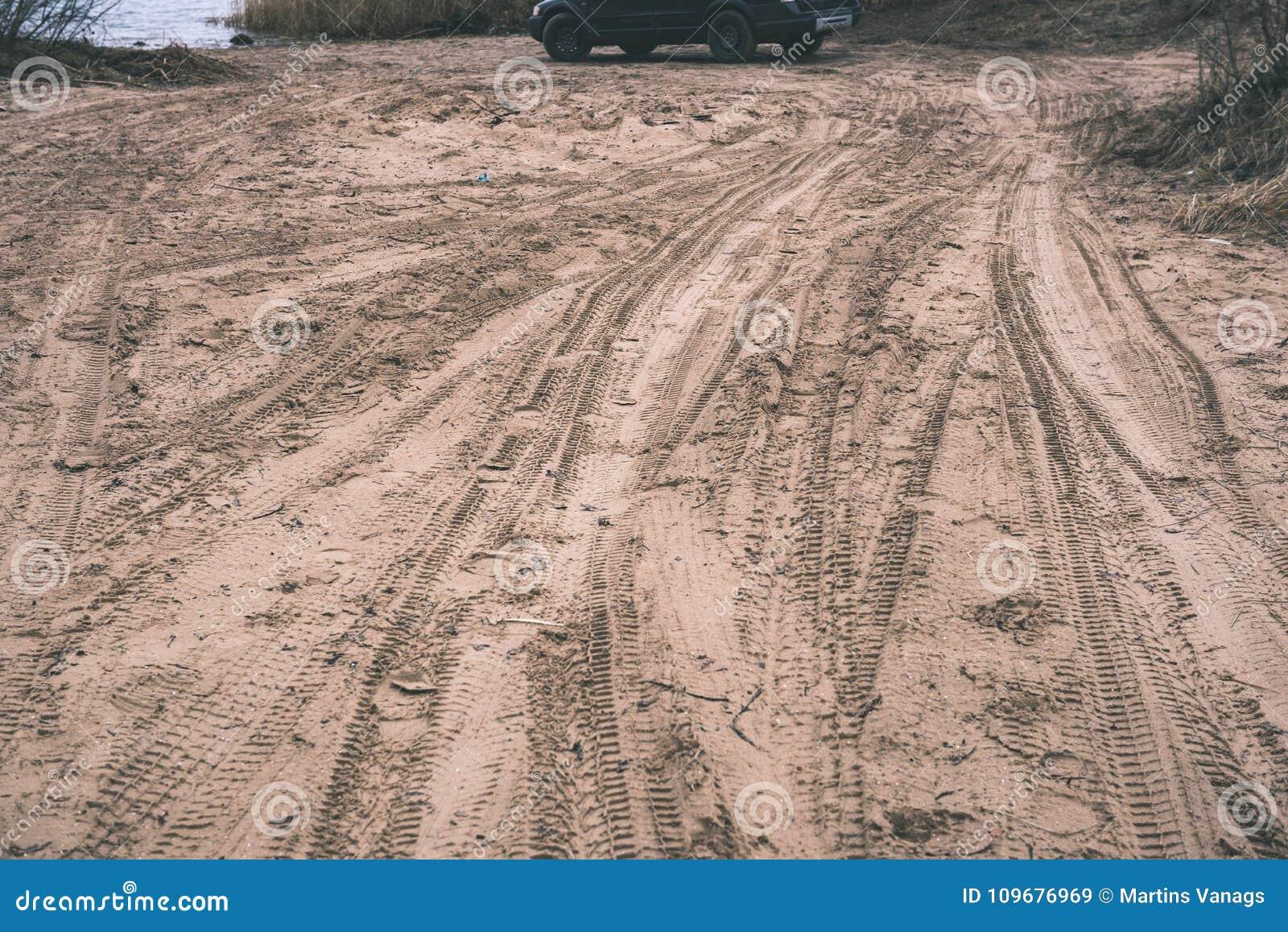 Vehículos campo a través no identificados durante un safari del desierto - vintage f