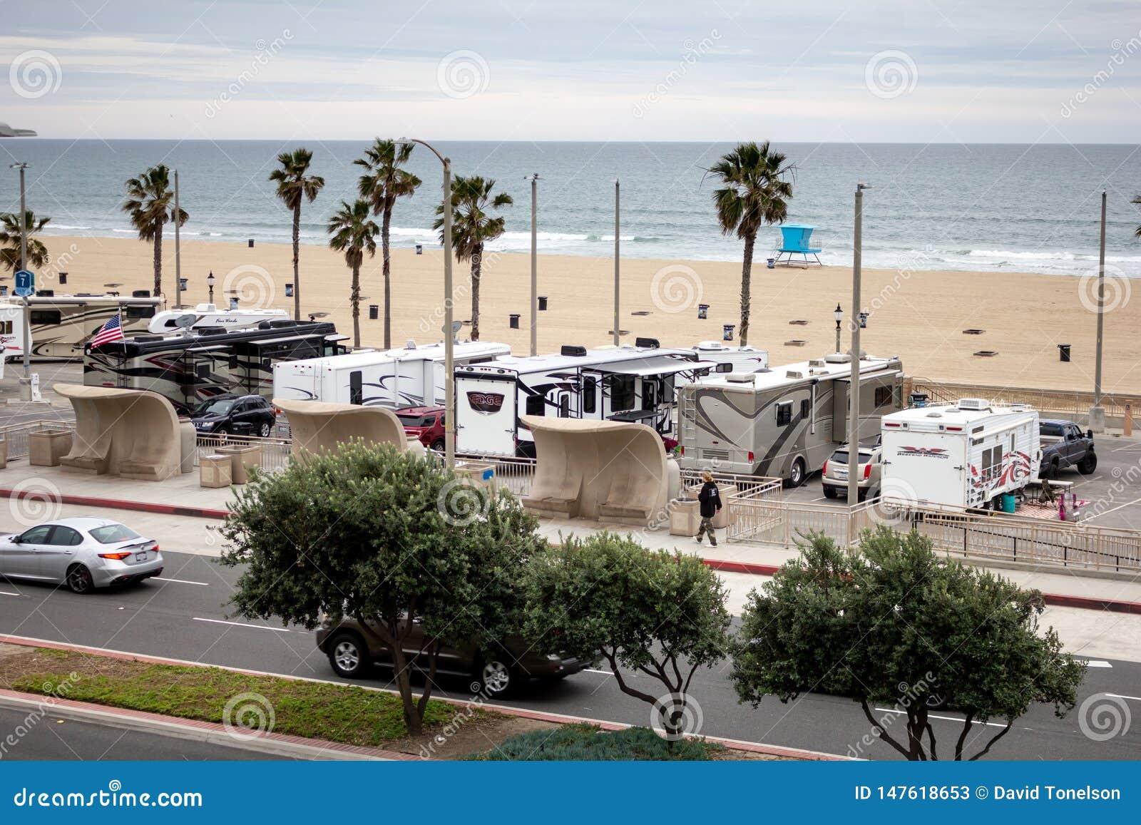 Vehículos de rv en un estacionamiento de la playa