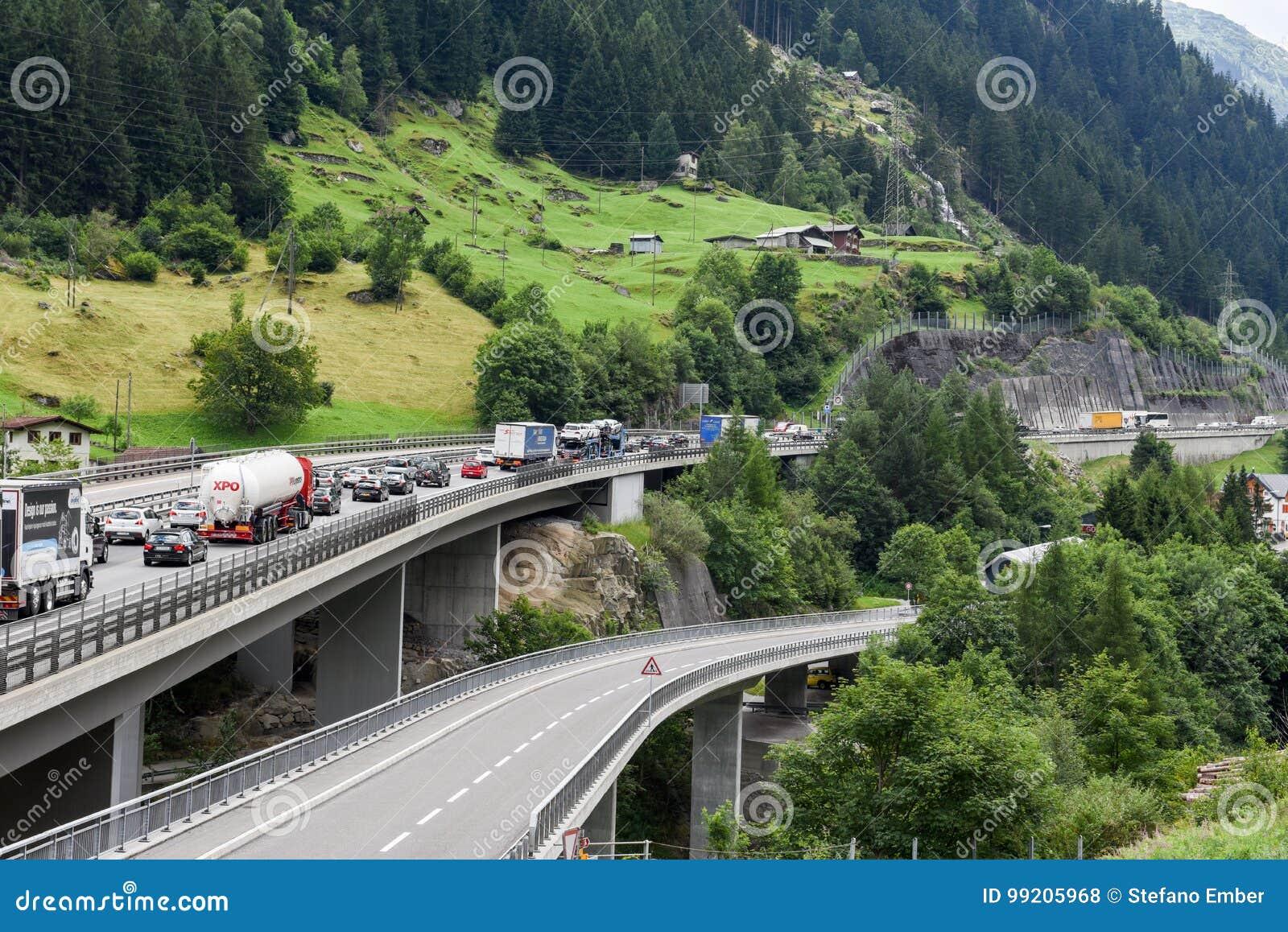 Vehículos que esperan en la cola para entrar en el túnel de Gotthard