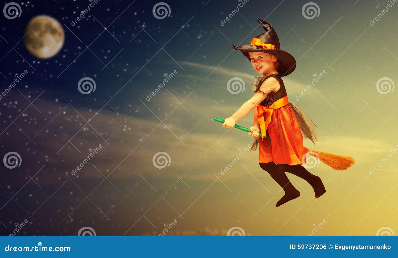 Veille de la toussaint Vol d enfant de sorcière sur le manche à balai au ciel nocturne de coucher du soleil
