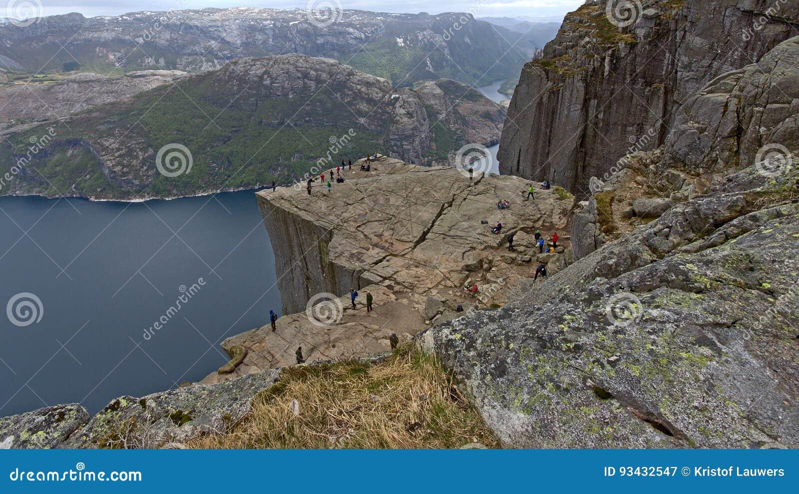 Veja de cima do Ontário o platô famoso da montanha da rocha do púlpito, Noruega