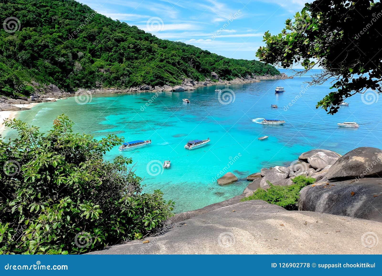 Veja a vista do mar e das ilhas Tailândia de Similan dos turistas