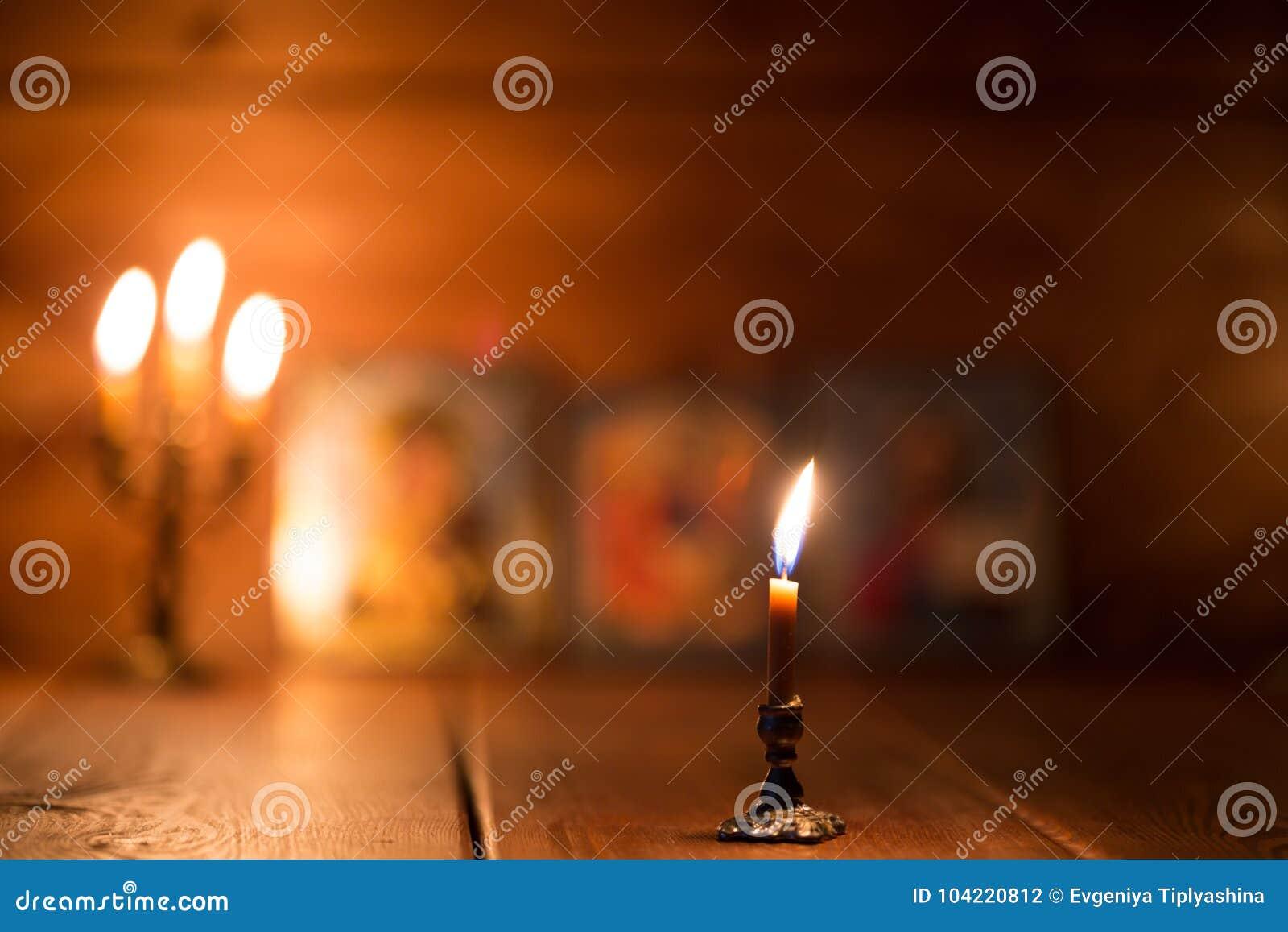 Vela Ardiente En Un Cuarto Oscuro, Ortodoxo Foto de archivo - Imagen ...